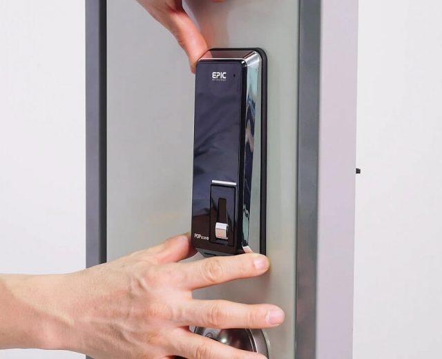 نصب قفل دیجیتال بر روی درب ورودی ساختمان